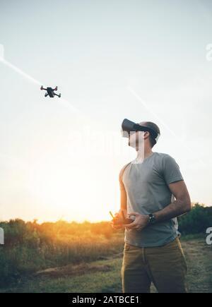 Pilote drone utilisant drone avec télécommande et casque de réalité virtuelle Banque D'Images