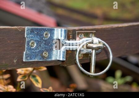 Faites glisser un loquet sur une porte en bois photographié. Banque D'Images