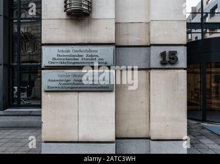 Vieille ville de Bruxelles, région de Bruxelles-capitale / Belgique - 12 20 2019: Panneaux argentés en relief en quatre langues à l'entrée du Servi public fédéral