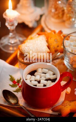 Chocolat chaud avec guimauve et biscuits à Noël Banque D'Images