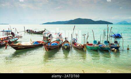 Koh Samui, Thaïlande - 2 janvier 2020: Bateaux de pêche thaïlandais authentiques amarrés à la plage de Thong Krut à Taling Ngam par jour
