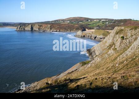 Vue Sur Trois falaises Bay sur la péninsule Gower, Swansea prise près de Southgate, Pays de Galles en hiver.