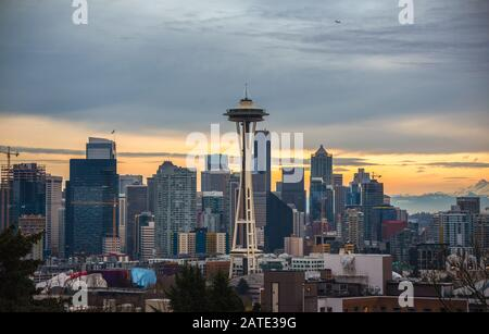 Seattle Scenic Coucher de soleil avec des nuages colorés. Seattle, Washington, United States.