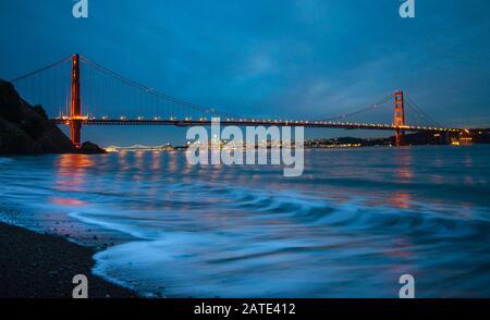 Golden Gate Bridge San Francisco Californie vue nocturne de la plage Kirby la nuit avec une longue exposition Banque D'Images