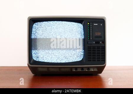 Téléviseur PHILIPS Philetta TX+ 12B912 rétro des années 1970 avec écran À Effet de glitch et bruit statique Banque D'Images