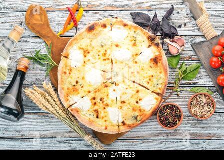 PIZZA QUATTRO FORMAGGI. Cuisine italienne. Sur un fond en bois. Espace libre pour le texte. Vue de dessus. Banque D'Images