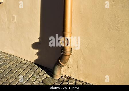 Tuyau d'eau en cuivre isolé avec une ombre sur le mur (Prague, République tchèque, Europe) Banque D'Images