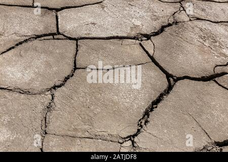 Fond de terre sec et fissuré, lit de rivière séché dans l'Himalaya, au Népal Banque D'Images