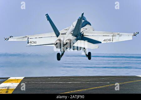 Un avion de chasse Super Hornet de la marine américaine F/A-18 E attaché au Strike Fighter Squadron 81, part du pont de vol du porte-avions USS Harry S. Truman le 30 janvier 2020 en mer d'Arabie.