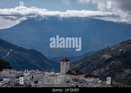 Paysage d'un village dans les hautes montagnes avec le clocher de l'église en dehors