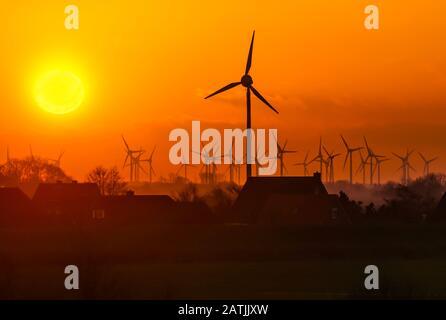 Deux sources d'énergie importantes : le soleil et le vent. Neßmersiel, Mer Du Nord, Allemagne. Banque D'Images