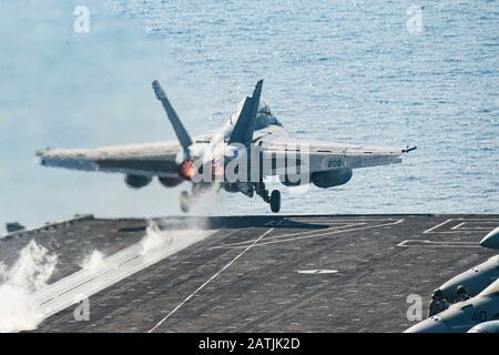 Un avion de chasse Super Hornet de la marine américaine F/A-18 F attaché au Strike Fighter Squadron 211, part du pont de vol du porte-avions USS Harry S. Truman à la suite d'une patrouille de routine le 9 janvier 2020 dans la mer d'Arabie.
