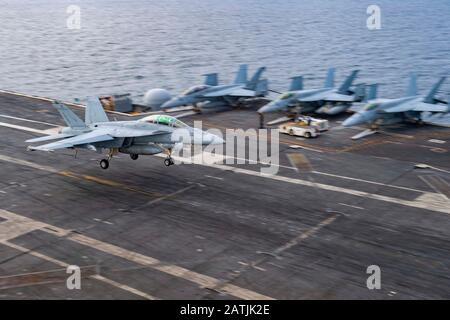 Un avion de chasse Super Hornet de la marine américaine F/A-18 F attaché au Strike Fighter Squadron 211, atterrit sur le pont de vol du porte-avions USS Harry S. Truman à la suite d'une patrouille de routine le 29 décembre 2019 en mer d'Arabie.