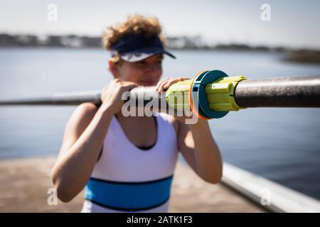 Entraînement de l'équipe d'aviron féminine sur une rivière Banque D'Images