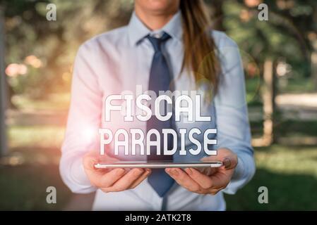 Texte montrant fiscal Paradise. Photo d'entreprise présentant l'impôt sur le développement taux d'imposition pour les investisseurs étrangers femmes d'affaires en chemise avec un Banque D'Images