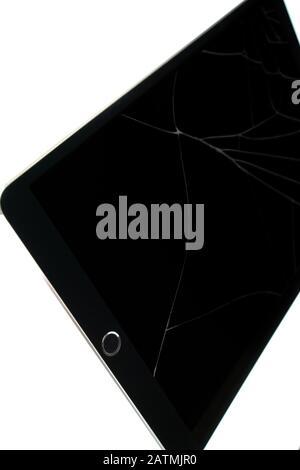 Tablette isolée avec écran cassé, écran de rétine fissuré sur fond blanc