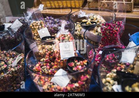 boutons de roses secs dans des bols en verre. pétales de roses secs : pour le thé, la médecine, le pot-pourri. Marché local. Banque D'Images