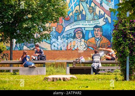 Montréal, Canada - juin 2018 : deux jeunes adolescentes assis au parc et discuter en fumant et en buvant à Montréal, Québec, Canada