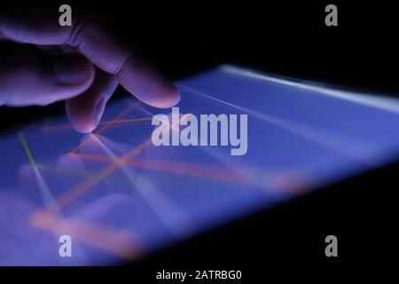 Gros plan sur le tableau des stocks d'analyse manuelle sur tablette numérique