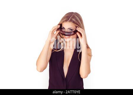 Concept de femme de cybor robot souriant. Belle femme mettant en place des lunettes de robot futuristes. Pose sur fond blanc Banque D'Images