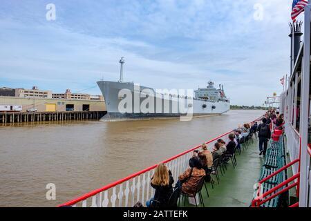 Steamboat Natchez passagers sur le pont en regardant le navire MV Cape Kennedy, fleuve Mississippi, la Nouvelle-Orléans, Louisiane, États-Unis