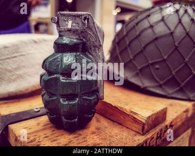 Vue rapprochée de la grenade à main sur les boîtes de fournitures de l'armée. Banque D'Images