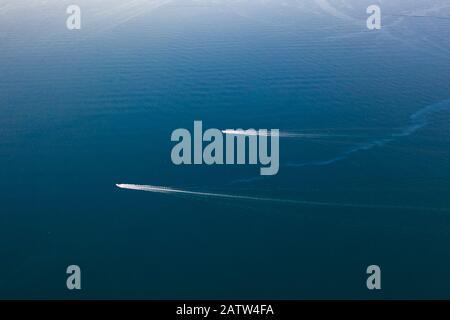 Les oiseaux drones aériens ont vue sur les bateaux à voile qui naviguent dans la mer Egée bleue profonde, en Grèce.