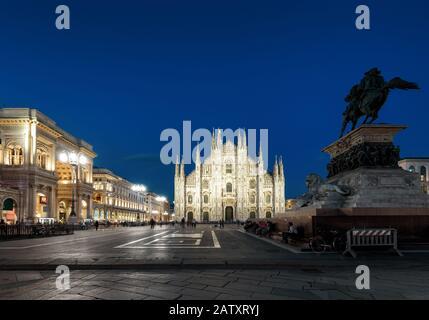 Cathédrale de Milan (Duomo di Milano), Galleria et monument à Victor Emmanuel II sur la Piazza del Duomo la nuit à Milan, Italie. Le Duomo de Milan est la Banque D'Images