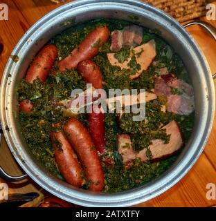Kale avec saucisse Bregenwurst et bacon fumé, repas d'hiver typiquement nord-allemand, cuisine maison, copieux Banque D'Images