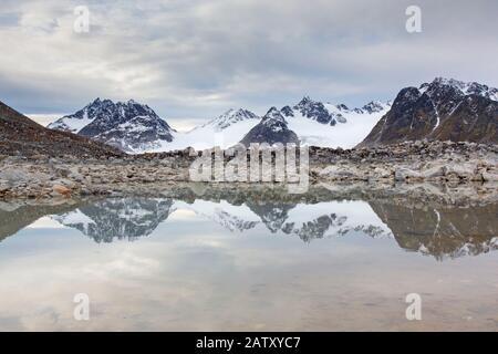 Gullybreen, glacier d'Albert I Débouchage de terres à Gullybukta, baie sud de Magdalenefjorden, Svalbard / Spitsbergen, Norvège