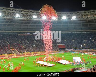 Des ballons sont sortis dans les airs alors que les équipes, Manchester United et Chelsea, arrivent sur le terrain pour la finale 2008 de la Ligue des Champions de l'UEFA à Moscou Banque D'Images