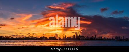 Un superbe coucher de soleil sur les gratte-ciel de Miami