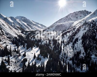 Vue aérienne du paysage de montagne d'hiver en journée ensoleillée à la gorge d'Almarasan à Almaty, au Kazakhstan. Banque D'Images