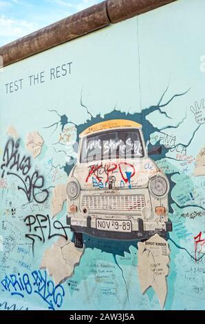 """Berlin, Allemagne - 26 octobre 2013: Le morial intitulé """"Test du Reste"""" par Birgit Kinder sur un reste du mur de Berlin, East Side Gallery, Berlin. Banque D'Images"""