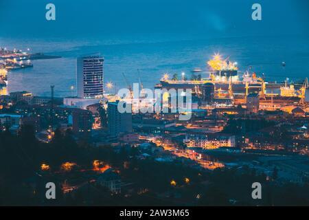 Batumi, Adjara, Géorgie. Vue Élevée Sur Le Paysage Urbain Le Soir Ou La Nuit. Bâtiment Et Port De Gestion De Port. Banque D'Images