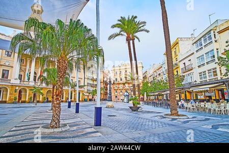 Cadix, ESPAGNE - 20 SEPTEMBRE 2019 : la place Plaza de San Juan de Dios abrite des monuments architecturaux remarquables, tels que l'hôtel de ville et Pazos Mira