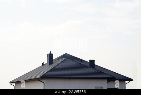 Le toit est en tuiles de toit en métal. Une maison résidentielle nouvellement construite. Banque D'Images