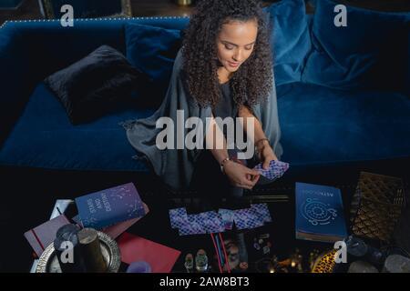 Fortune-Teller qui présente les cartes de divination sur la table Banque D'Images