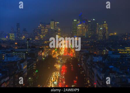 1 février 2019 - PARIS, FRANCE : vue panoramique aérienne sur Paris en soirée d'hiver, champs de Elysees en direction de la Défense Banque D'Images