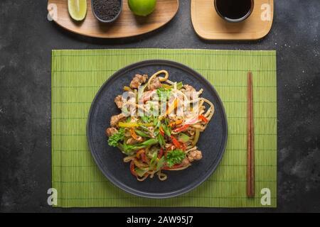 Nouilles sautées Udon avec bol de porc et légumes. Cuisine asiatique. Vue de dessus. Banque D'Images