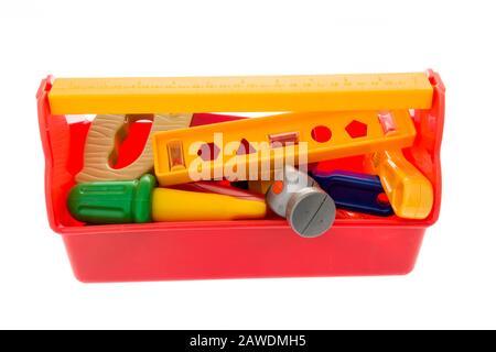 Un mélange d'outils jouets comprenant une mètre à ruban, une scie, un niveau, une clé crédente, un tournevis, un foret, un marteau et une boîte à outils Banque D'Images