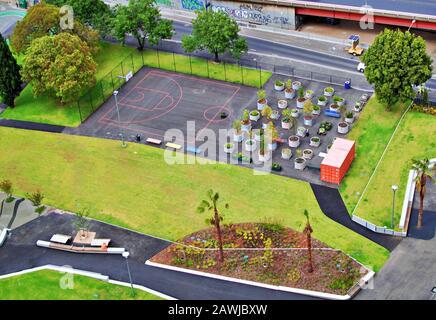 Demi-terrain de basket-ball et jardin dans un jardin communautaire, Southbank, Melbourne, Australie Banque D'Images