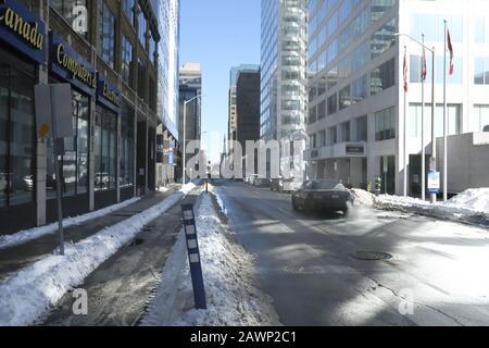 La scène hivernale du centre-ville d'Ottawa est ensoleillée par temps froid. Rue Laurier, Ottawa (Ontario), Canada. Banque D'Images