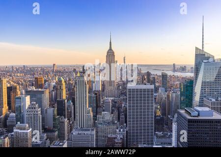 New York City Skyline dans le centre-ville de Manhattan avec Empire State Building et gratte-ciel au coucher du soleil USA