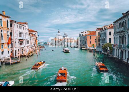 Venise, Italie. Bateaux touristiques dans le Grand Canal avec vue sur la basilique Santa Maria della Salute en arrière-plan