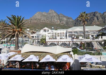 Bay Hotel, Avec Table Mountain Derrière, Victoria Street, Camps Bay, Cape Town, Table Bay, Western Cape Province, Afrique Du Sud, Afrique Banque D'Images