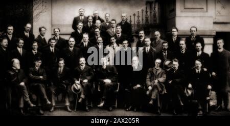"""Membres du premier Dail en 1919, avec Michael Collins (deuxième avant gauche) et Eamon de Valera (cinquième avant gauche). Ce Dáil était une assemblée créée par les députés de Sinn Féin élus à la Chambre des communes du Royaume-Uni lors de l'élection générale de 1918. Après avoir remporté la majorité des sièges irlandais aux élections, les députés de Sinn Féin ont refusé de reconnaître le parlement britannique et se sont plutôt réunis en tant que Premier Dáil Éireann (traduit par """"Assemblée de l'Irlande""""): le premier parlement irlandais à exister depuis 1801. La première réunion a eu lieu à Dublin le 21 janvier 1919, à la Mansion House."""