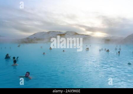 Grindavik, Islande - 01.18.2020 : Lagon bleu à proximité de Reykjavik avec des gens qui se baignent dans ce printemps chaud naturel .