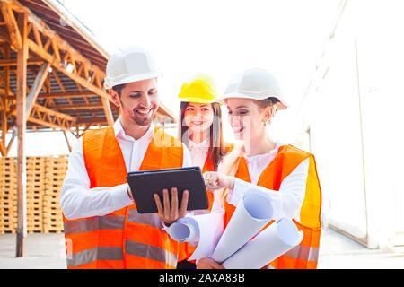 Triangle d'amour sur le lieu de travail parmi les jeunes ingénieurs Banque D'Images