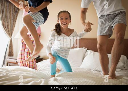 Family jumping sur le même lit Banque D'Images